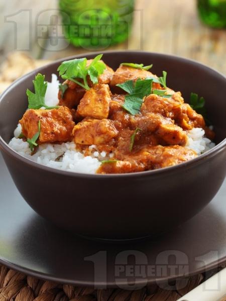 Пържени пилешки хапки с доматен сос и ориз в тенджера или дълбок тиган - снимка на рецептата